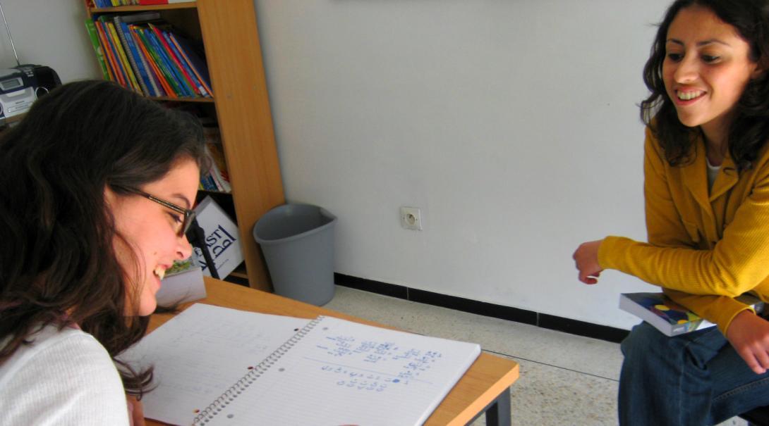 Voluntaria aprendiendo inglés en el extranjero.